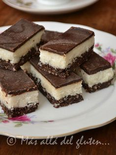 Coconut and chocolate bars. Gluten free dessert for children - How to make bars stuffed with nuts, coconut and chocolate. It is an ideal recipe for children since - Healthy Desserts, Raw Food Recipes, Sweet Recipes, Cookie Recipes, Dessert Recipes, Gluten Free Desserts, Gluten Free Recipes, Sin Gluten, Creative Food