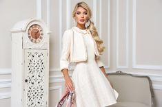 Elegant in der Stilaussage und frisch in der Farbe präsentiert es sich und sorgt für ein perfektes Outfit zu jedem Anlass. Der leicht taillierte Bolero aus Bouclé mit goldfarbener Gliederkette und kurzen Fransen-Abschlüssen an Verschlussleisten und Ärmeln ist die perfekte Ergänzung zu dem Kleid. Opera, Dresses With Sleeves, Boutique, Elegant, Outfit, Long Sleeve, Shopping, Fashion, Short Fringe