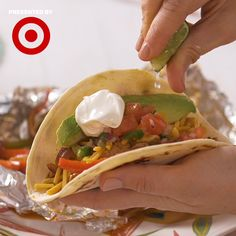 Foil-Packet Chicken Fajitas make clean-up an absolute breeze! (Bonus: They are totally customizable, so even the pickiest eater will dig in.) Sponsored by Target. Foil Packet Dinners, Foil Pack Meals, Foil Dinners, Mexican Food Recipes, Dinner Recipes, Dinner Ideas, Food Network Recipes, Cooking Recipes, Chicken Foil Packets
