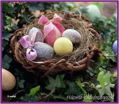 Coloring easter eggs – design your easter decoration with love and patience - Make Easter Decorations Easter Buffet, Easter Table, Easter Decor, Easter Gift, Ostern Wallpaper, Easter Egg Basket, Fleurs Diy, Easter Egg Designs, Easter Religious