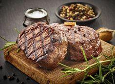 K letním teplým večerům grilování prostě patří, ať už jde o kuřecí maso, hovězí, nebo o obyčejné špekáčky. Co má ale člověk pořád vymýšlet, aby se s chutěmi neopakoval, a také mohl překvapit hosty? Nemusíte dlouze dumat nad nejrůznějšími druhy masa, které byste mohli hodit na gril. Stačí pouze znát dostatek chutných marinád, do kterých maso naložíte. Je libo pivní, švestková, nebo sweet chilli?