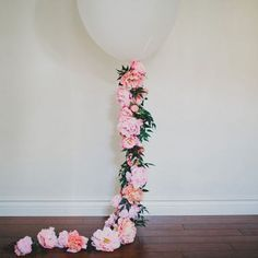 Make your own giant balloon decorated with flowers - perfect for parties, birthdays, engagements or weddings!