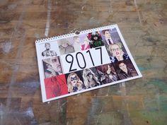 Arrow 2017  Calendrier / calendar Green Arrow, Oliver Queen, Stephen Amell, Felicity Smoak, Emily Bett Rickards, Olicity, Willa Holland, Thea Queen, Speedy, David Ramsey, John Diggle, Spartan, Laurel Lance, Katie Cassidy, Black Canary, Ray Palmer, Brandon Routh, Katrina Law, Nyssa Al'Gul, Caity Lotz, Sara Lance, John Barrowman, Malcom Merlyn,   Ship, OTP, ship of the year, geek, nerd, dc comics, artwork, art, drawing, dessin, merchandising