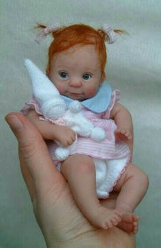 Artist - Kim van de Wetering This has got to be the sweetest little doll I have ever seen. Tiny Dolls, Cute Dolls, Bebe Born, Stuffed Animals, Mini Bebidas, Baby Fairy, Clay Baby, Polymer Clay Dolls, Little Doll