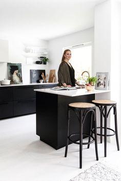 Malin pakker hjemmet sitt inn i kelim Kitchen Organization, Kitchen Organizers, Office Desk, Kitchen Dining, House Design, Interior, Furniture, Home Decor, Alcove Ideas