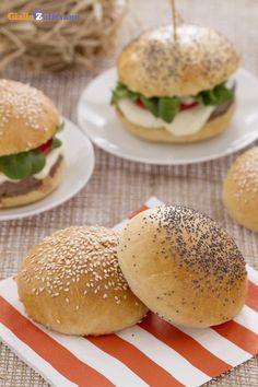 Cosa sarebbero gli #hamburger senza il panino morbido e dolce che li racchiude? In questa ricetta vi mostriamo come preparare in casa i burger buns, i panini dolci morbidi farciti in superficie con i semi di sesamo che identificano l'hamburgher, così come è conosciuto ovunque. #ricetta #GialloZafferano #recipe #food