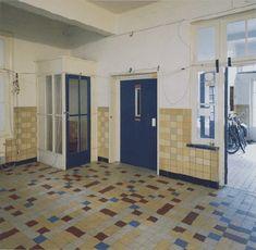 Meerkleurige dubbelhard gebakken vloertegels in de hal van het voormalige ziekenpaviljoen Sint Cornelius te Heiloo, circa 1930 (foto RACM, A.J. van der Wal, 2004)