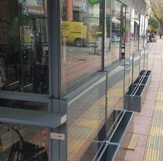 Ανεμοφράκτες : Κατασκευάζουμε γυάλινους ανεμοφράκτες εξωτερικού χώρου από αλουμίνιο σε διάφορους τύπους, πιο συγκεκριμένα : πτυσσόμενοι  ανεμοφράκτες (up - down), σταθεροί ανεμοφράκτες, ανεμοφράκτες με ζαρντινιέρα.  Κατασκευάζουμε ανεμοφράκτες για όλα τα καταστήματα όπως για καφετέριες, επιχειρήσεις εστίασης, ξενοδοχειακές μονάδες και σε επιχειρήσεις που θέλουν να εκμεταλλευτούν των εξωτερικό τους χώρο για τους πελάτες τους. Deck, Outdoor Decor, Home Decor, Decoration Home, Room Decor, Front Porches, Home Interior Design, Decks, Decoration