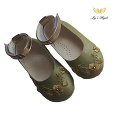 Handmade baby green girl shoes with gold embroidery and swarovski gold. Baby Girl Shoes, Girls Shoes, Green Girl, Gold Embroidery, Handmade Baby, Swarovski, Flats, Leather, Shopping