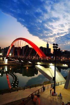 The Rainbow Bridge, a 167m bridge that connects Neihu and Songshan districts was opened yesterday, as the Taipei City Government expected the bridge to facilitate local foot traffic and serve as an attraction as well. As the only bridge in the city designed specifically for pedestrians, the S-shape structure cost the city government NT$120 million (US$3.6 million) and took two years to construct. The bridge shortens the walking distance from Neihu's Hsin-ming Road to Songshan Railway Stat...
