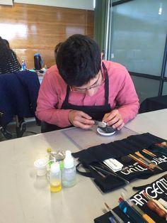 Alumno de ITESM Toluca trabajando piezas con Plata Moldeable