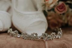 Como escolher a grinalda ideal para seu casamento? Rose Gold, Boho, Napkin Rings, Classic Style, Stylish Hairstyles, Dress Wedding, Engagement, Jewels, Bohemian