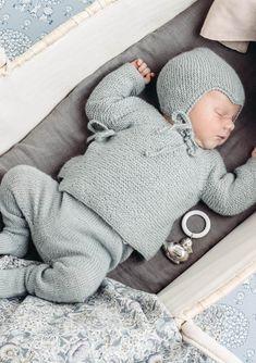 Omslagsjakke, strømpebukse og rillejakke Crochet Baby Clothes Boy, Baby Boy Knitting, Knitting For Kids, Baby Knitting Patterns, Baby Patterns, Baby Barn, Baby Sweaters, Beautiful Babies, Baby Love