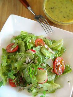 Naprawdę nie warto kupować gotowych sosów z torebek, jakkolwiek smaczne się wydają; w nich niestety znajdziemy sporo chemii. Przygotowanie ... New Recipes, Salad Recipes, Cooking Recipes, Healthy Recipes, Pesto, Baby Eating, Greens Recipe, Dressing, Kraut