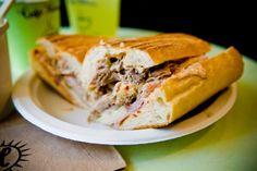 We aten jarengeleden een Cuban Sandwichin Amerika (vooral in Florida is -ie populair), maar vergaten het broodje compleet. Totdat we onlangs bij Worst in Amsterdam lunchten en de Cuban Sandwich op de kaart zagen staan. Dát moesten we proberen. En we waren direct verkocht. De Cuban Sandwich is een soort Reuben sandwich en bestaat uit …