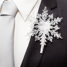 This snowflake boutonniere is perfect for a #WinterWeddings !