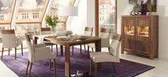 un tapis lilas et un mobilier en bois dans la salle à manger contemporaine