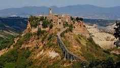 """Civita di Bagnoregio, også kaldet den """"Den døende by"""", er en af de smukkeste byer i Italien, og er også tilføjet på listen over de smukkeste landsbyer i støvlelandet, I borghi piu belli d'Italia.  Byen ligger godt en times kørsel nord for Rom,"""