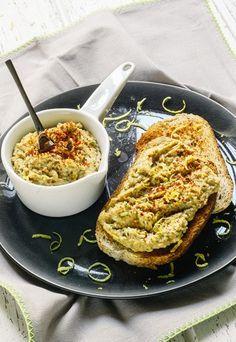 Hummus di lenticchie - Ricette con lenticchie | Piatti con le lenticchie - Ingredienti per 4 persone 150 g di lenticchie 40 g di sesamo 50 g di olio evo 1 spicchio d'aglio privato dell'anima Succo e scorza di 1/2 limone 5 foglie di basilico 1 cucchiaino...