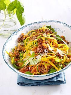 Leichte Low Carb-Pasta aus Möhren und Zucchini und dazu würzige Hacksoße. Unglaublich gut!