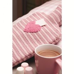 Warm up with this sweet hot water bottle cover crochet pattern wärmflasche bottle crafts diy Crochet Home, Crochet Gifts, Easy Crochet, Crochet Things, Water Bottle Covers, Go Pink, How To Make Toys, Message In A Bottle, Crochet Accessories
