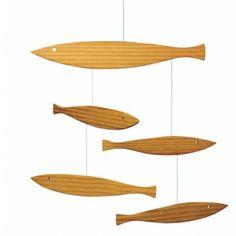 Houten mobile met minimalistische visjes