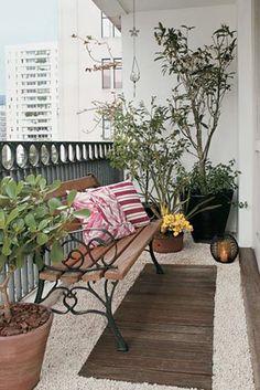 Aménager son petit balcon avec un joli banc cosy