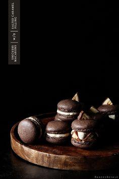 Snickers Macaron / Bakers Royale Macarons Chocolate, Chocolate Chocolate, Moorish, Just Desserts, Delicious Desserts, Yummy Food, Yummy Treats, Dessert Recipes, Sweet Treats