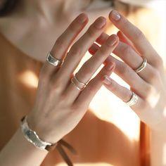 ラインウェーブリング SV リング TEN-ONLINE Stylish Jewelry, Cute Jewelry, Fashion Jewelry, Hand Photography, Jewelry Photography, Gold And Silver Rings, Silver Jewelry, Hands With Rings, Foto Casual