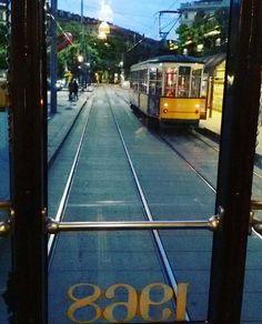 Una finestra sul 1968.  #tram #trammilano #urbanlife #urban #milan #milano #milanoinlove #cadornamilano #cadorna #dudus #tramgiallo #urbanmobility #ontheroad #atmmilano #tram1 #milanodavedere #latergram by criicriss_