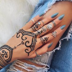 Create beautiful temporary tattoos on your own. No need to spend on henna sessions, now you can do it by yourself. Make a statement on your own skin or be a wa Henna Tattoo Hand, Diy Tattoo, Hand Tattoos, Henna Ink, Tattoo Set, Maori Tattoos, Henna Hand Designs, Mehndi Designs, Art Designs
