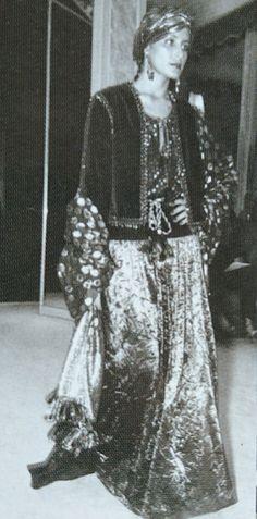 Juillet 1976. Haute couture hiver 1976/77. L Officiel 1000 modèles.