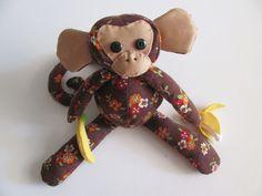 La scimmietta Berty vi da il benvenuto nella giungla!  Questa scimmietta è proprio un regalo perfetto per un bambino, o un'idea originale per la decorazione di una casa accogliente.  La nostra tenera Berty è interamente fatta a mano con stoffe di cotone stampato marrone e stoffa tipo Alcantara per il musetto, le orecchie, e il piccolo sederino. Riempita di soffice lanolina.
