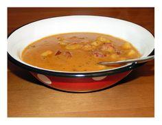 Buřt guláš jako hlavní jídlo je především levný. Příprava trvá cca 45 minut a variacím podle vaší chuti se meze nekladou. Nadrobno nakrájenou cibulku necháme na rozpáleném oleji v hrnci zesklovatět. Poté přidáme nakrájené buřty nebo kabanos a posypeme mletou paprikou a trochou kmínu. Chvilku posmažíme. Mezitím si připravíme horkou vodu, kterou vše zalijeme a přidáme na kostičky nakrájené brambory. Vaříme, dokud brambory nezměknou. Úplně nakonec můžeme buřt guláš zahustit jíškou nebo smetanou… Penne, Cheeseburger Chowder, Soup, Soups, Pens