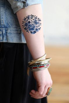 Temporary round 'Delfts Blauw' floral tattoo van Tattoorary op Etsy, $6,00