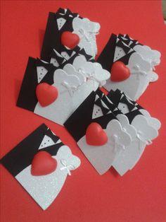 Poder nas mãos: Lembrancinha para casamento em Eva   Molde: atelie... Wedding Cookies, Wedding Favors, Wedding Aniversary, Basic Embroidery Stitches, Wedding Cards Handmade, Handmade Envelopes, Arts And Crafts, Paper Crafts, Gift Bows