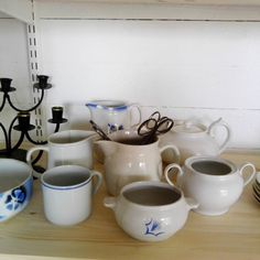LiisaKon pienen PihaPuodin myyntitavarat alkavat löytää paikkansa #vanhat tavarat #vanhat astiat #vanhat huonekalut