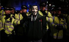 """Un ragazzo mascherato da Guy Fawkes durante la protesta """"One million mask"""", contro i tagli al budget del governo, Londra (Reuters/Andrew Winning)"""