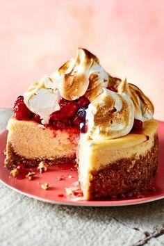 Kleines Prachtstück mit großem Genuss-Repertoire: keksig, cremig, fruchtig, fluffig… #cheesecake #käsekuchen #baiser #sommerkuchen #beeren Cheesecakes, Queso, Goodies, Baking, Desserts, Mini, Food, Sweet Stuff, Beverage