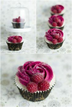 cupcakes mit rosa sahne und himbeeren verzieren