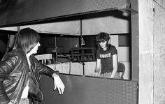 Johnny Ramone e Joey Ramone gravando o primeiro LP dos Ramones, em 1976