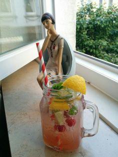 Erfrischungsgetränk selbstgemacht... Rhabarber-&Apfelsaft mit Sprudel, Limetten&Zitronenecken, gefrorene Himbeeren hinzu geben und guten Durst:-)