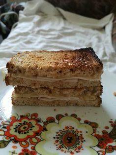 Laktató Rozi szendvics Kell hozzá: Reszelt sajt 2 szelet csirkemell sonka 2db toastkenyér (1 főre)  Elkészítés: A toast kenyér egyik részére vajat kenünk majd rá tesszük a csirkemell sonkát majd a reszelt sajtot. A másik toast kenyeret rátesszük. Majd 5 percig sütjük.