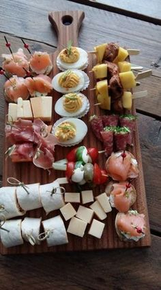 Snack board with summer snacks Party Food Platters, Healthy Snacks, Healthy Recipes, Easy Snacks, Good Food, Yummy Food, Snacks Für Party, Food Presentation, Appetizer Recipes