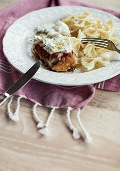 My dad often made me this recipe with veal. It's been my absolute favourite meal for years. I decided to try it with chicken and fresh mozzarella. Good Food, Yummy Food, Awesome Food, Confort Food, Chicken Parmigiana, Cozy Meals, Chicken Cutlets, Fresh Mozzarella, Top Recipes