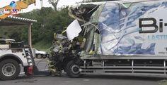 Um grave acidente aconteceu na rodovia expressa de Shin-Tomei. Um caminhão bateu em um ônibus turístico, deixando duas vítimas fatais.