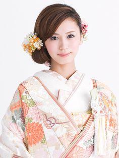 大切な一日を、最も美しい笑顔で迎えていただくために。私たちはまごころを込めてお客さまの最高の思い出づくりをお手伝いいたします。 Japanese Hairstyle Traditional, Traditional Kimono, Traditional Dresses, Romantic Hairstyles, Bride Hairstyles, Japan Hairstyle, Japanese Wedding Kimono, Japanese Kimono, Traditional Wedding Attire