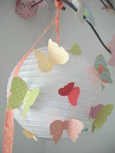 Lámpara de papel decorada con mariposas