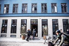 Vchod označený žlutým neonem je branou do toho nejlepšího, co Skandinávie na poli hotelového průmyslu nabízí