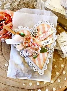 Creative Gift Wrapping, Creative Gifts, Shabby Chic Embellishments, Decorated Gift Bags, Diy And Crafts, Paper Crafts, Craft Packaging, Valentines Art, Candy Cards